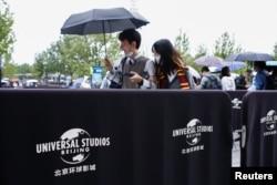 北京环球影城星期一在雨中正式开业。(2021年9月20日)