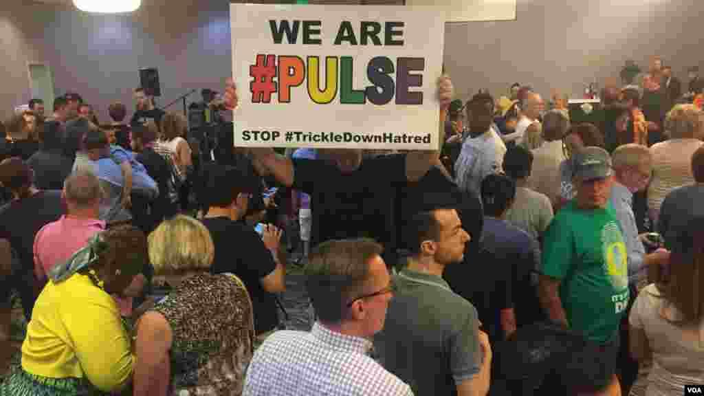 Les gens de Nevada assistent au vielle pour les victimes dans un centre de LGBTQ à Las Vegas, le 12 juin 2016.