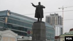 俄羅斯烏拉爾地區葉卡捷琳堡市中心的列寧塑像(美國之音白樺拍攝)