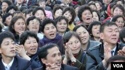 지난 4월 북한 태양절 기념 불꽃놀이에 참석한 평양 시민들.