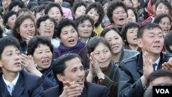 지난 4월 북한 태양절 기념 불꽃놀이를 관람하는 평양 시민들.