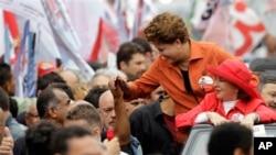 前总统府民政办公室主任罗塞芙和支持者握手