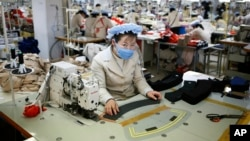 2013年12月19日开城工业园区里工作的朝鲜工人