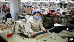 지난 2013년 12월 북한 개성공단 내 한국 의류업체 공장에서 일하는 북한 근로자들. (자료사진)