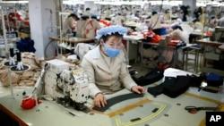 지난 2013년 12월 북한 개성공단 내 한국 의류업체 공장에서 북한 근로자들이 일하고 있다. (자료사진)