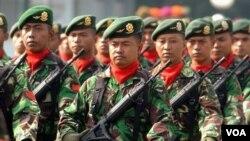 Anggota TNI berpawai dalam upacara pelantikan Panglima TNI tahun 2006 (foto: dok). Pemerintah Indonesia telah menetapkan anggaran pengadaan alat utama sistem senjata hingga 2014 sebesar Rp 99 Triliun.