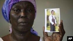 Martha Mark exibe a foto da filha raptada em Chibok, Nigeria.