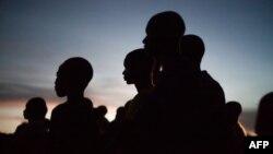 Des jeunes gens à la nuit tombée à Bayanga en République Centrafricaine le 2 novembre 2018.