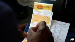 Seorang pelanggan mengambil nomor untuk tiket lotere sebagai ilustrasi.(Foto: AP)