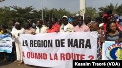 La marche des chefs de village et des élus à Bamako, le 26 novembre 2017. (VOA/Kassim Traoré)