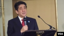 """日本首相安倍星期二在莫斯科举行的题为""""为扩大合作寻找更多可能""""的日俄论坛上发表演讲。(资料图片)"""