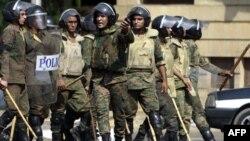 Binh sĩ Ai Cập ngăn cản đám đông đến gần Ðại sứ quán Israel ở Cairo sau khi xảy ra vụ tấn công, ngày 10/9/2011