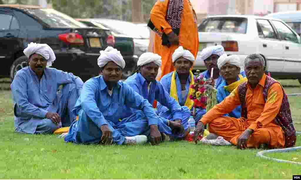 سندھ کے روایتی انداز ، مردوں کے ملبوسات اور رنگوں کی ایک جھلک