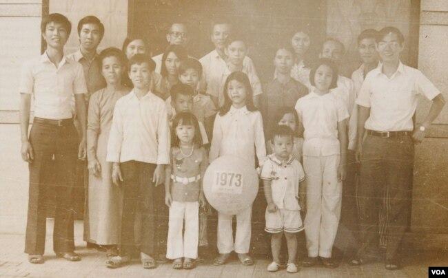 Tết 1973 của gia đình hai bên nội ngoại. Tác giả đứng ở bià trái (Ảnh gia đình)