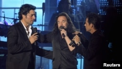 Chayanne, Marco Antonio Solis y Marc Anthony en el estadio de Santo Domingo.