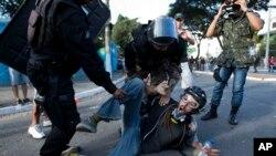 Tại Brazil, 80% những người được thăm dò trong cuộc khảo sát do Hội Ân xá Quốc tế ủy thác cho biết họ lo sợ sẽ bị tra tấn nếu bị cảnh sát bắt giam.