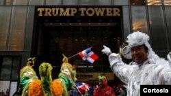 La numerosa comunidad salvadoreña estuvo encabezada por el ministro de Obras Publicas de su país, Gerson Martínez, quien viajó hasta Nueva York para poder participar en la marcha.
