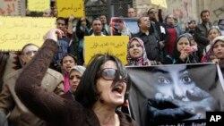 Un militant égyptien crie des slogans anti-militaires du Conseil suprême lors d'une manifestation devant la haute cour du Caire, le 16 mars 2012.