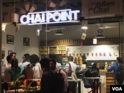"Tea cafe ""Chai Point"" in the business hub of Gurgaon attracts crowds at all times of the day. (A. Pasricha/VOA)"