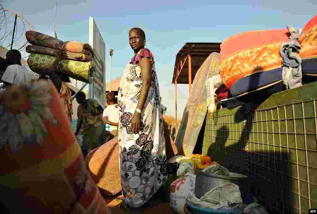 Cư dân Juba trú ẩn tại cơ sở của Liên Hợp Quốc. Các nhà ngoại giao châu Phi ngày thứ Sáu đã kêu gọi hòa bình ở Nam Sudan trong khi chiến sự ác liệt lan ra khắp đất nước non trẻ nhất thế giới này.
