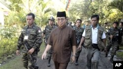 MILF leader Murad is escorted by his followers at the rebels' main camp in Camp Darapanan in southern Philippines (file photo)