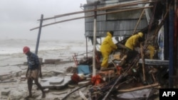 Petugas penyelamatan Bangladesh mencari para penyintas setelah Topan Roanu menghantam Chittagong, Bangladesh (21/5).