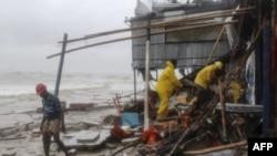 Nhân viên cứu hộ Bangladesh tìm kiếm người sống sót sau khi bão Roanu ập vào Chittagong, ngày 21 tháng 5, 2016.