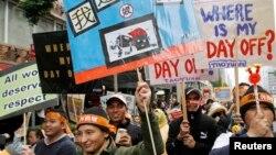 Para demonstran membawa poster-poster dalam unjuk rasa yang digelar para pekerja migran asal Filipina, Indonesia, Vietnam, dan Thailand di Taipei, 11 Desember 2011. (Foto: Reuters/dok)