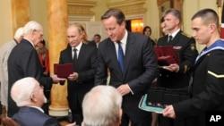 俄罗斯总统普京(中左)与英国首相卡梅伦(中右)6月16日在伦敦。(照片来源:美联社)