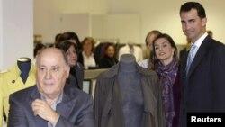 Amancio Ortega dueño del mayor grupo textil del mundo, que se expande por los mercados emergentes, en una de sus tiendas con los príncipes de Asturias.