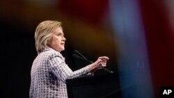 Clinton es la mujer más admirada del país, según una encuesta de Gallup. Y sin embargo una mayoría de los votantes dicen no confiar en ella.