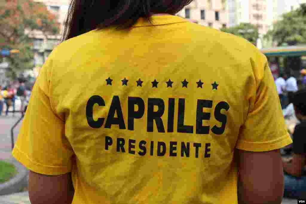 La juventud viste camisetas de colores amarillo para pedir se lleve a Henrique Capriles a la presidencia de Venezuela. [VOA]