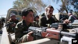 تصویری از نیروهایی که به تازگی به شبه نظامیان شیعه حوثی در یمن پیوسته اند، در خیابان های صنعا - دی ۱۳۹۵