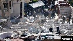 Trabajadores buscan víctimas de la explosión en el Hospital Materno Infantil de Cajimalpa, en las afueras de la Ciudad de México.