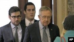 Lider većine u Senatu, Hari Rid sa saradnicima, dolazi na pregovore na Kapitol hilu, u Vašingtonu