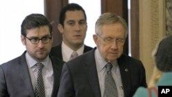 Trưởng khối đa số Thượng viện Harry Reid đến Ðiện Capitol ở Washington ngày 31/12/2012 trong lúc các cuộc đàm phán vào phút chót vẫn tiếp diễn.