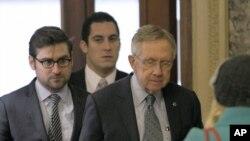 قانونگذاران آمریکایی پیش از ورود به نشست دوشنبه ۳۱ دسامبر ۲۰۱۲ در کنگره آمریکا