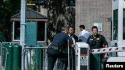 Policajci ispred zatvora na Menhetnu u Njujorku gde je Džefri Epstin pronađen mrtav