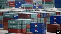 마이애미 항구에 수출할 컨테이너들이 쌓여 있는 모습