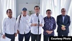 Presiden Jokowi menjelaskan tentang pembangunan Blok Masela di bandara Supadio, Kalimantan Barat hari Rabu 23 Maret 2016 (foto: biro pers Kepresidenan).