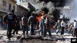 Halep'te hava saldırısına uğrayan isyancıların kontrolundaki bir mahalle