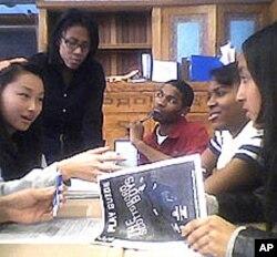 美国学生看了演出后加以讨论