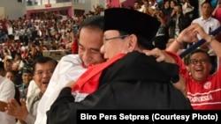 Pelukan Joko Widodo dan Prabowo Subianto yang ramai dibicarakan.