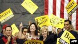 Bộ trưởng Bộ Lao động Hilda Solis, trái, và Thượng nghị sĩ Barbara Boxer vận động cho chiến dịch bầu cử ở El Monte, California, 31/10/2010