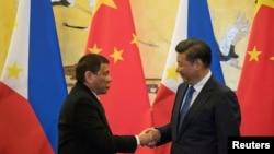 2016年10月20日,菲律賓總統杜特爾特(左)與中國主席習近平在北京舉行的一場簽字儀式後握手。