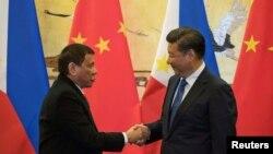 로드리고두테르테필리핀대통령(왼쪽)과시진핑중국국가주석이 20일 베이징에서가진 정상회담에 이어 협정문에 서명한 뒤 악수하고 있다.
