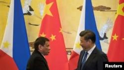 20일 베이징에서 정상회담을 열어 13개 협정문에 서명한 뒤 악수하고 있는 시진핑(오른쪽) 중국 국가주석과 로드리고 두테르테 필리핀 대통령.