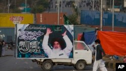 اسلام آباد دھرنے کے شرکا کئی ہفتوں تک دارالحکومت کے ایک مرکزی داخلی راستے پر بیٹھے رہے تھے (فائل فوٹو)