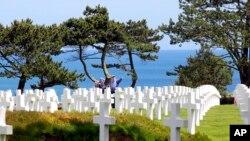"""Makam para tentara AS yang menjadi korban pada """"D-Day"""" Perang Dunia II di Colleville-sur-Mer, Perancis (foto; ilustrasi)."""