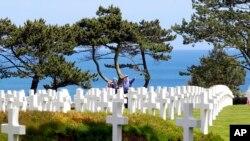在诺曼底登陆纪念日,人们前往法国西部的美军公墓凭吊。